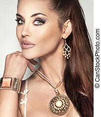 mooie vrouw, modieus, jewellery., langharige, verbazend, brunette, verticaal