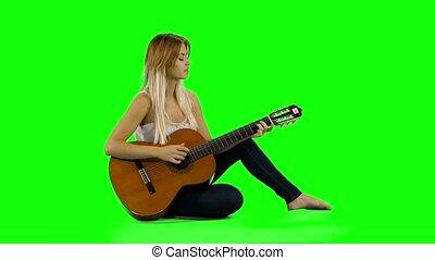 mooie vrouw, scherm, guitar., jonge, spelend, ongedwongen, groene, kaukasisch