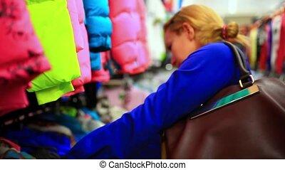 mooie vrouw, shoppen , koper, clothes., het kijken, binnen, model., vrouwlijk, store., hd., blonde, kleding, kaukasisch, 1920x1080