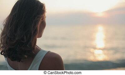 mooie vrouw, sigaret, ondergaande zon , zee, smoking