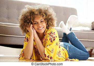 mooie vrouw, vloer, jonge, amerikaan, afrikaan, thuis, het liggen