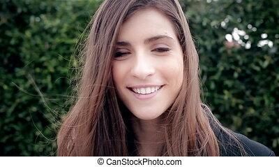 mooie vrouw, vreugde, nakomeling kijkend, fototoestel, fris, het glimlachen