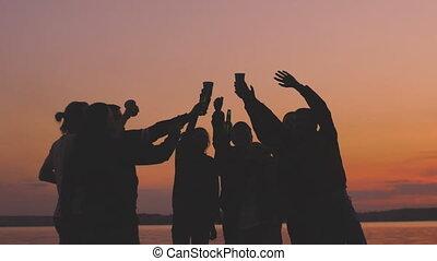 motie, vertragen, silhouette, mensen, dancing, jonge, groep, proosten, ondergaande zon , hebben, feestje, strand