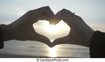 motie, vorm, ondergaande zon , hart, binnen, vertragen, vervaardiging, paar, handen, hun, strand