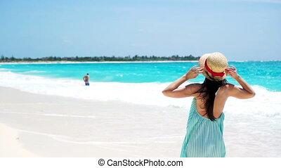 motie, vrouw meisje, wandelende, vrolijke , jonge, zomer, vertragen, feestdagen, witte , strand., jurkje, mooi