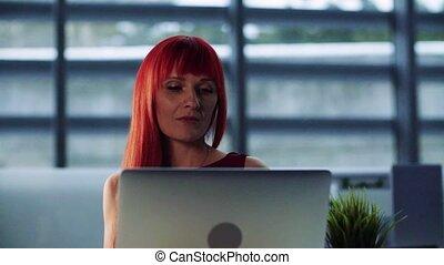 motion., businesswoman, kantoor, laptop., vertragen, middelbare leeftijd , verticaal, gebruik