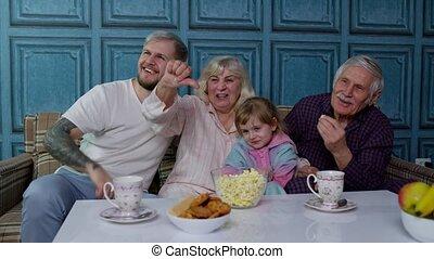 movies, lachen, duimen, vrolijke , multigenerational, stripfiguren, dons, televisie, gezin, schouwend, het tonen