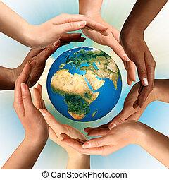 multiracial, omliggend, globe, aarde, handen