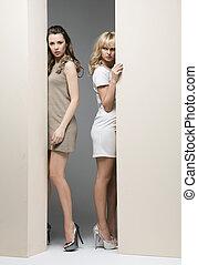 muur, theirselves, achter, aantrekkelijk, vrouwen, het verbergen