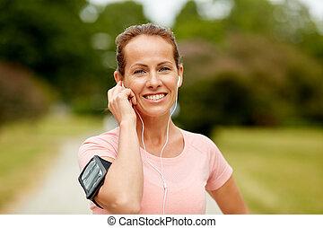 muziek, vrouw, park, oortelefoons, het luisteren