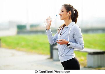 na, luisteren, vrouw lopend, mooi, drinkt, muziek, water