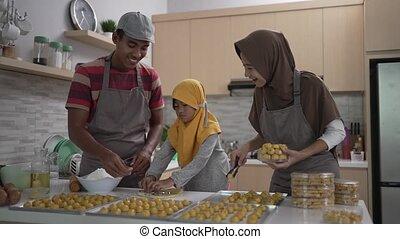 nastar, hijab, gezin, vervaardiging, vrolijke , taart, moslim, samen