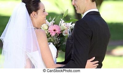 newlyweds, vrolijke , park, staand