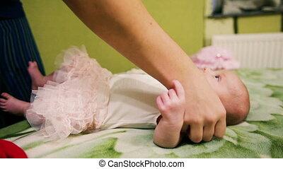 of, moeder, de kleding van de baby, aankleding