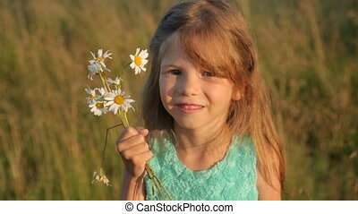 ondergaande zon , camomile, meisje, licht, weinig; niet zo(veel), bloemen