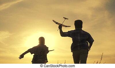 ondergaande zon , jongens, vliegtuigen, twee, rennende , silhouette