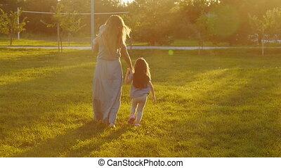 ondergaande zon , wandelende, park, jonge, moeder