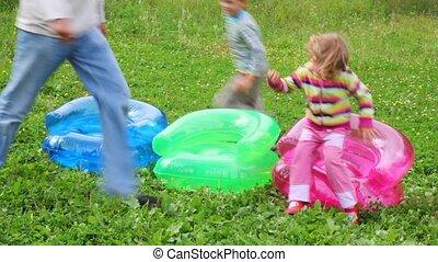 ongeveer, gezin, inflatable, drie, rennende , armstoelen