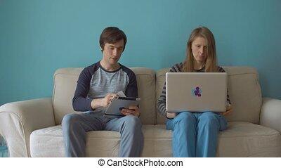 online, thuis boodschapend doend