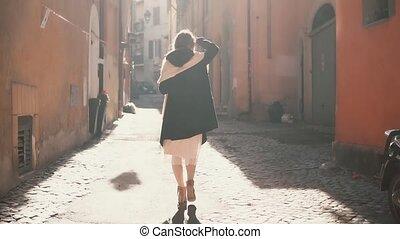 ontdekkingsreis, wandelende, vrouw, oud, toerist, town., uitgeven, zonnig, op, jonge, day., straat, vakantie, kleine, europa, meisje