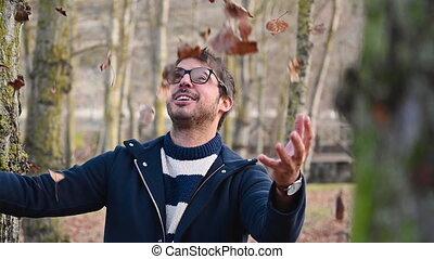 open, park., armen, onder, regen, jonge, vrolijke , bladeren, speels, gegooi, dancing, herfst, man