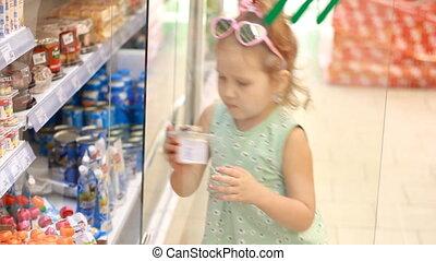 opent, deur, koopt, supermarkt, voedsel., winkel, kind, baby, shoppen , meisje, koelkast