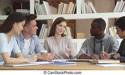 opmerkingen, scholieren, groep, kaukasisch, multiethnic, jonge, vervaardiging, het luisteren, leraar