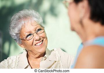 oud, park, twee, klesten, vrienden, seniore vrouwen, vrolijke