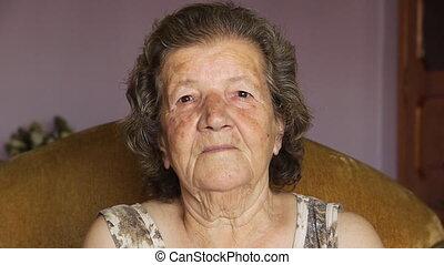 oude vrouw, binnen, gepensioneerd, lachen