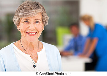oude vrouw, kantoor, arts
