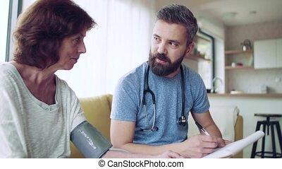 oude vrouw, thuis, gezondheid bezoeker, gedurende, visit.