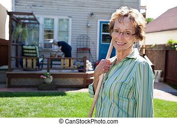 oude vrouw, tuinieren hulpmiddel, vasthouden