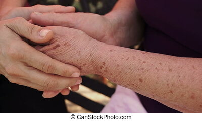 oudere vrouw, dolly, holdingshanden