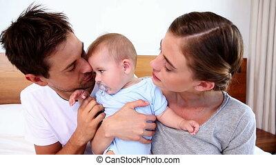 ouders, vrolijke , baby bed, zittende