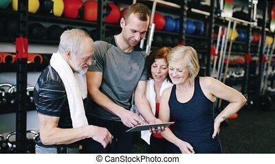 ouwetjes, trainer, passen, persoonlijk, gym, plan, fitness, het bespreken