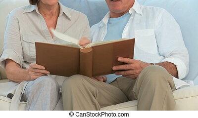 paar, album, het kijken, foto, gepensioneerd