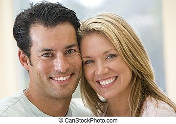 paar, binnen, het glimlachen