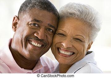 paar, binnen, het glimlachen, relaxen