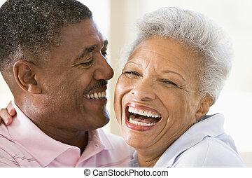 paar, binnen, lachen, relaxen