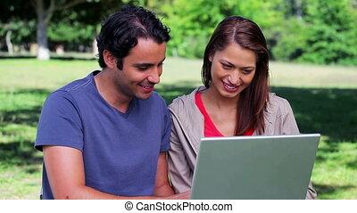 paar, draagbare computer, gebruik, het glimlachen, samen