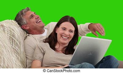 paar, draagbare computer, hun, gebruik, sofa, gepensioneerd