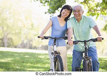 paar, fiets, riding., middelbare leeftijd
