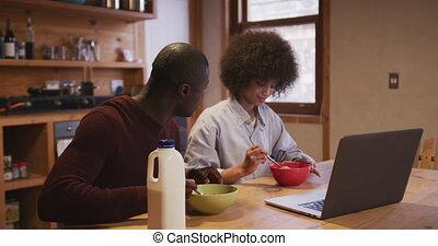 paar, hebben, terwijl, schouwend, ontbijt, computer
