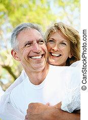 paar, het glimlachen, middelbare leeftijd , omhelzen