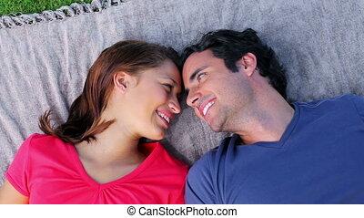 paar, het liggen, vrolijke , deken