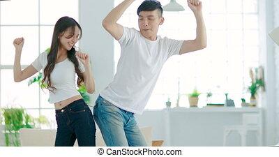 paar, jonge, kamer, thuis, dancing, levend, vrolijke