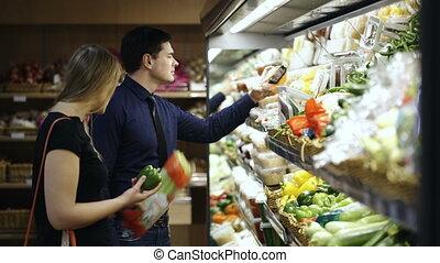 paar, jonge, supermarkt, kies, verse grostes