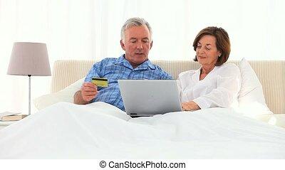 paar, kaart, internet, gebruik, krediet, bejaarden