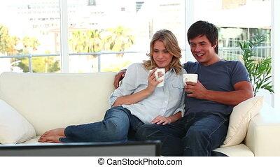 paar, kijkende televisie, samen, vrolijke