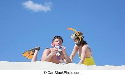 paar, ligt, zand, zwemmers, vrolijke